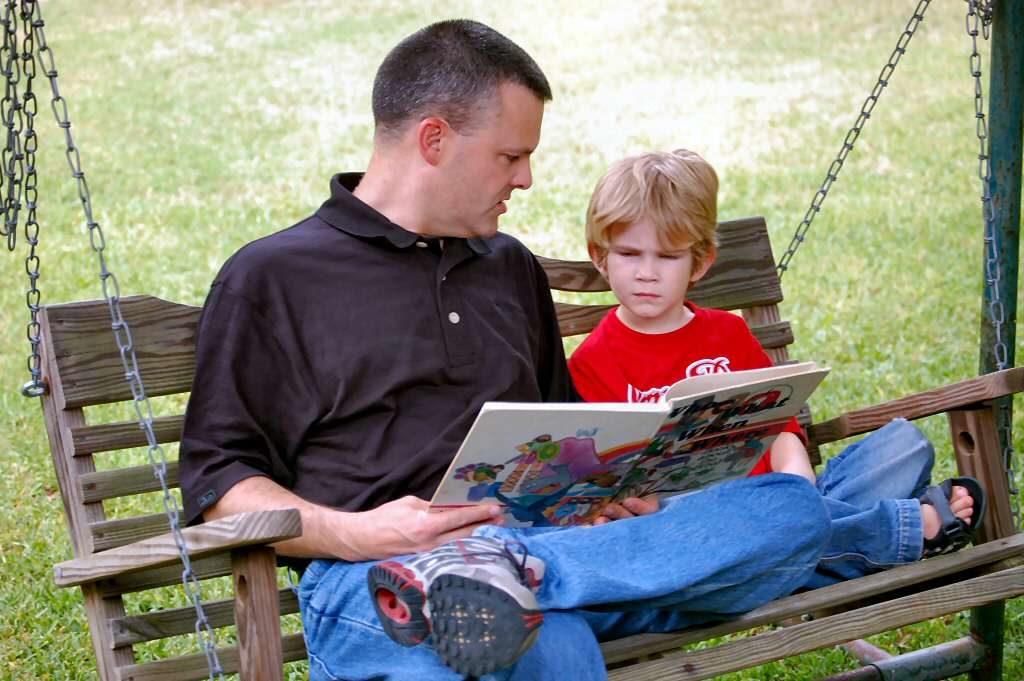 papa lee libro al niño
