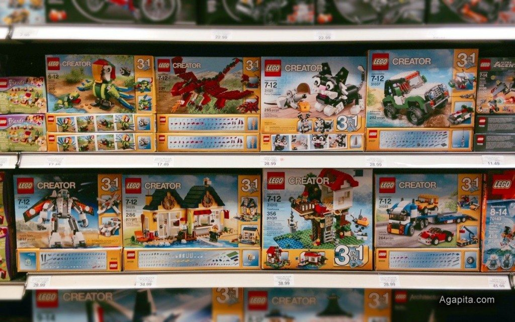 Juguetes Lego como regalo de navidad en la góndola de la tienda