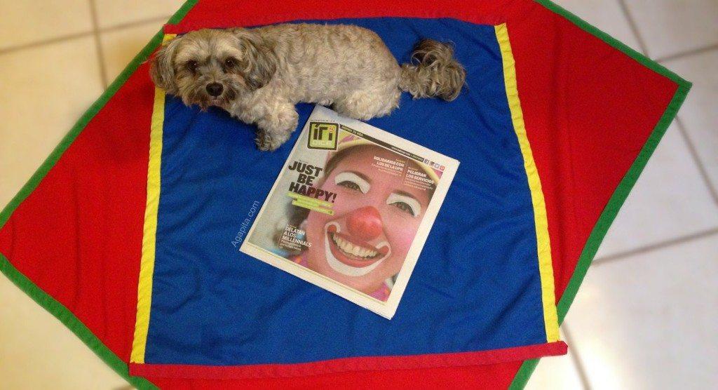 Lupe posa junto a la portada del periodico Indice con la Payasa Agapita