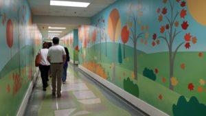 Hospital St. Jude - pasillo colorido