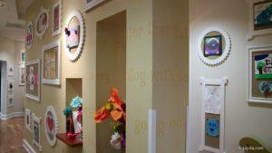 Target House - pasillo con artes de los pacientes